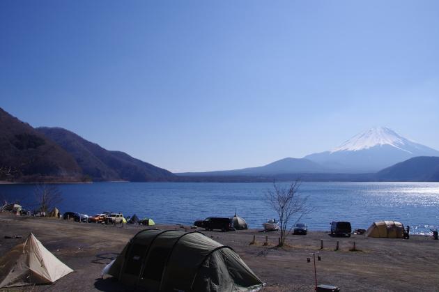 朝の本栖湖湖畔にキャンパーが集まる