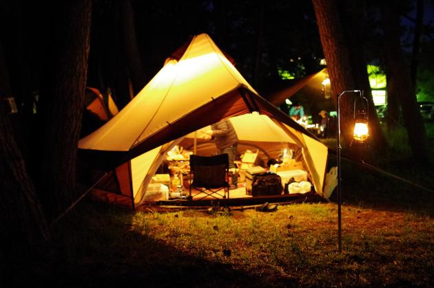 防風林の中の西浜キャンプ場の夜