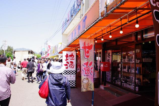 新潟県寺泊の市場通りで魚を買い食いする