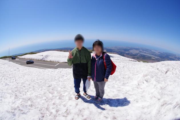 鳥海山に立つ二人 後ろは日本海です