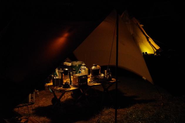 強風の夜のキャンプ