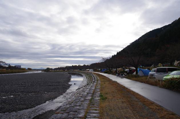 雨でぬれた粕川