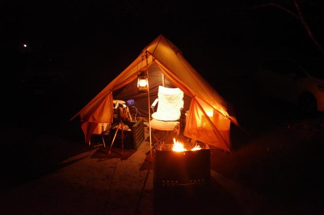 雨キャンプで焚火