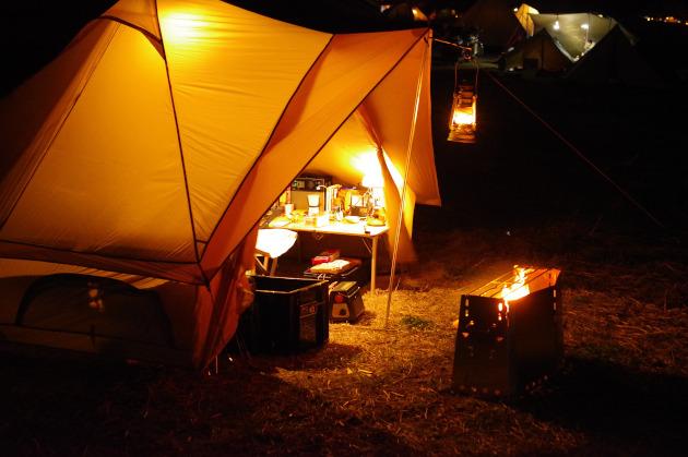 テントの前で焚き火