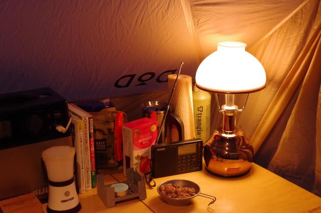 ランタンとラジオを楽しむソロキャンプの夜