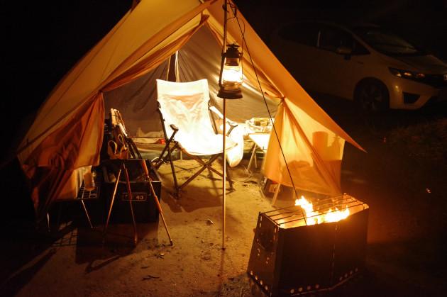 ソロキャンプの夜は焚き火で楽しむ