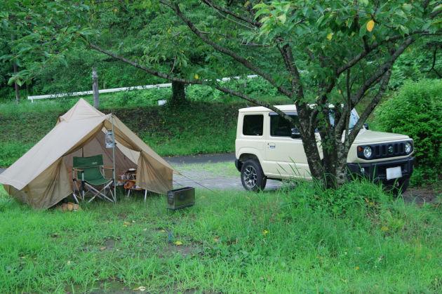 朝のテントとジムニー