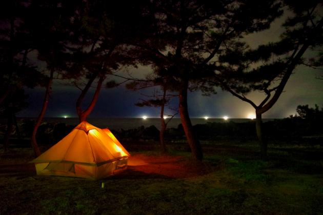 夏×海×釣り×ソロキャンプ 真夜中の海に浮かぶ漁火