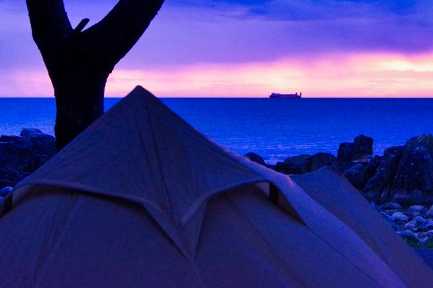 赤い船とテント