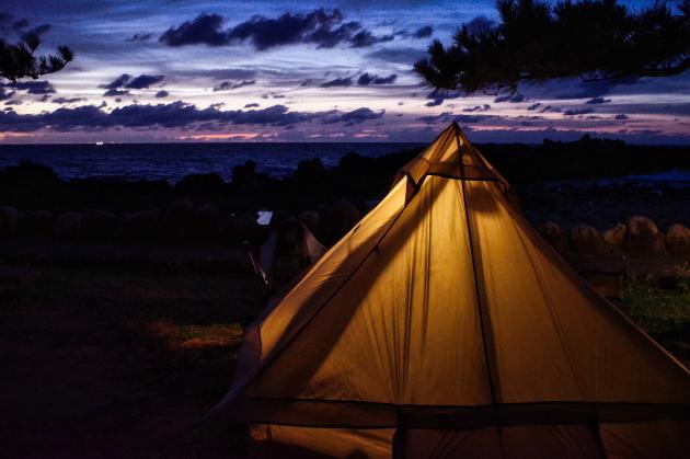 日本海と夕暮れのテント