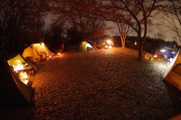 夜の野営地全景