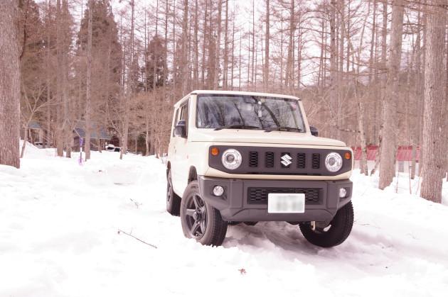 雪の上の新型ジムニー