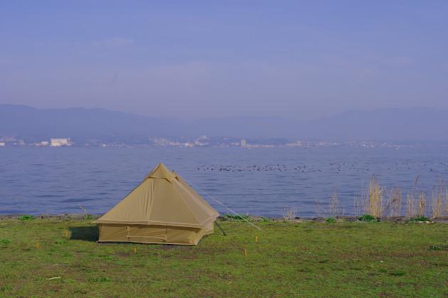 _朝の琵琶湖とショウネンテント
