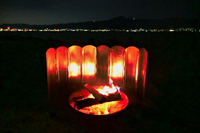 焚き火と街の明かり