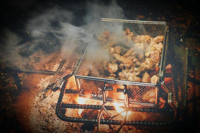 ロゴスの「炭火もも焼き器」で鶏肉を焼けば美味しさ3倍増し!