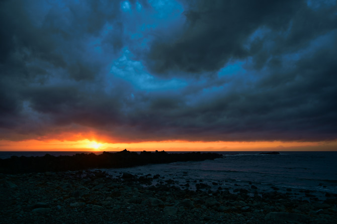 黒雲と海と夕陽