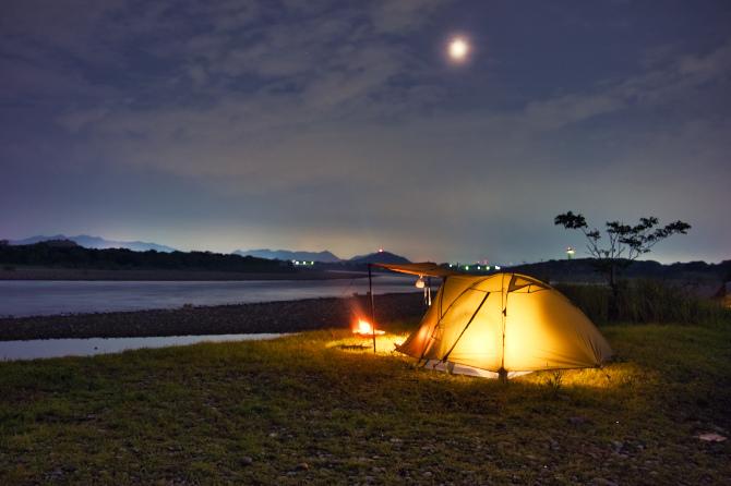 薄月の夜と雨降りの朝のソロキャンプ